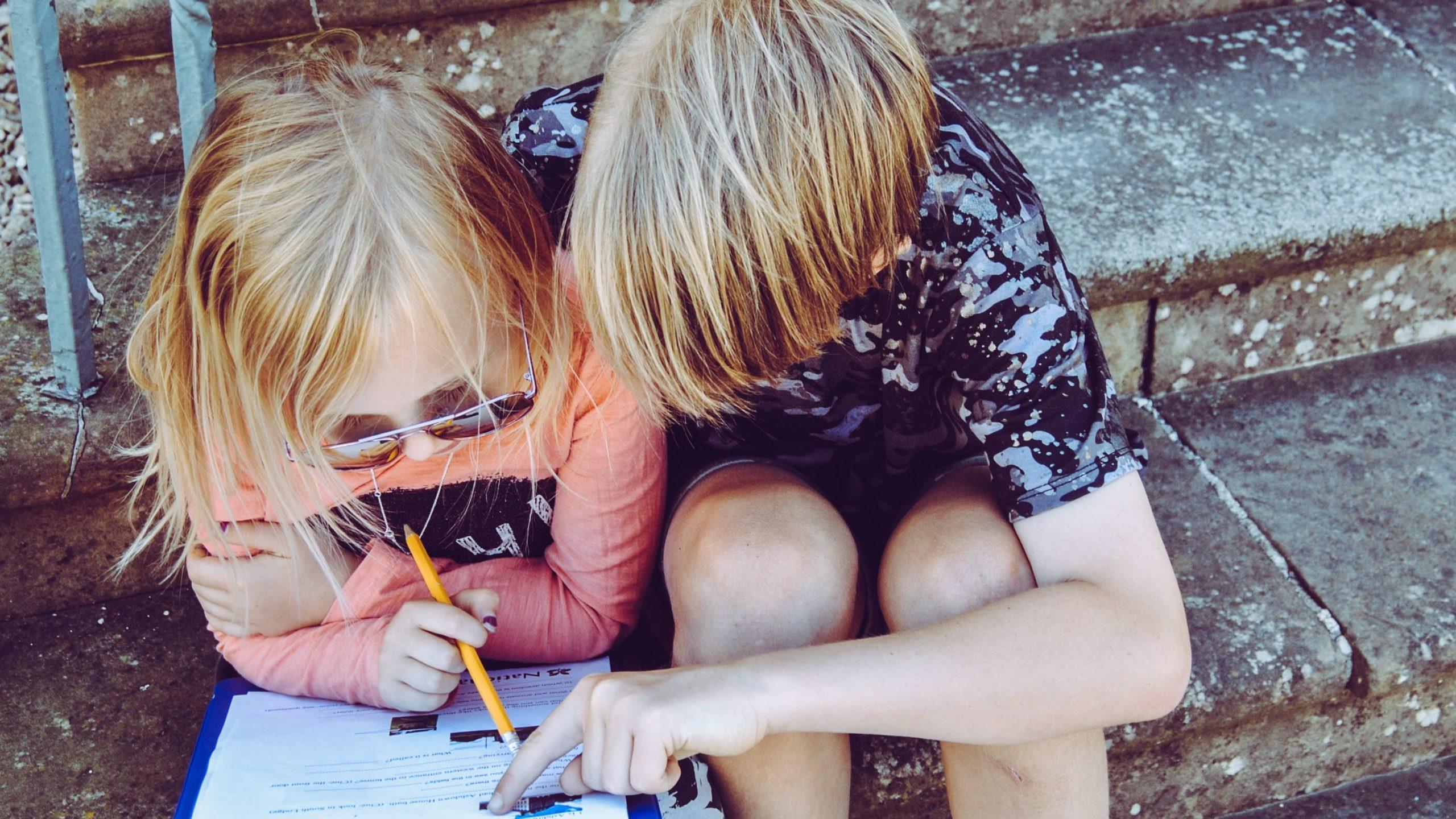 Medienkompetenz: Das Bild zeigt einen Jungen und ein Mädchen. Sie spielen gemeinsam.