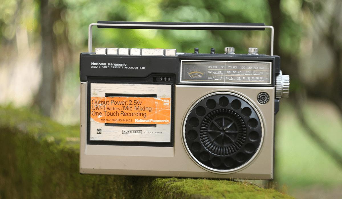 Das Foto zeigt ein altes UKW-Radio.