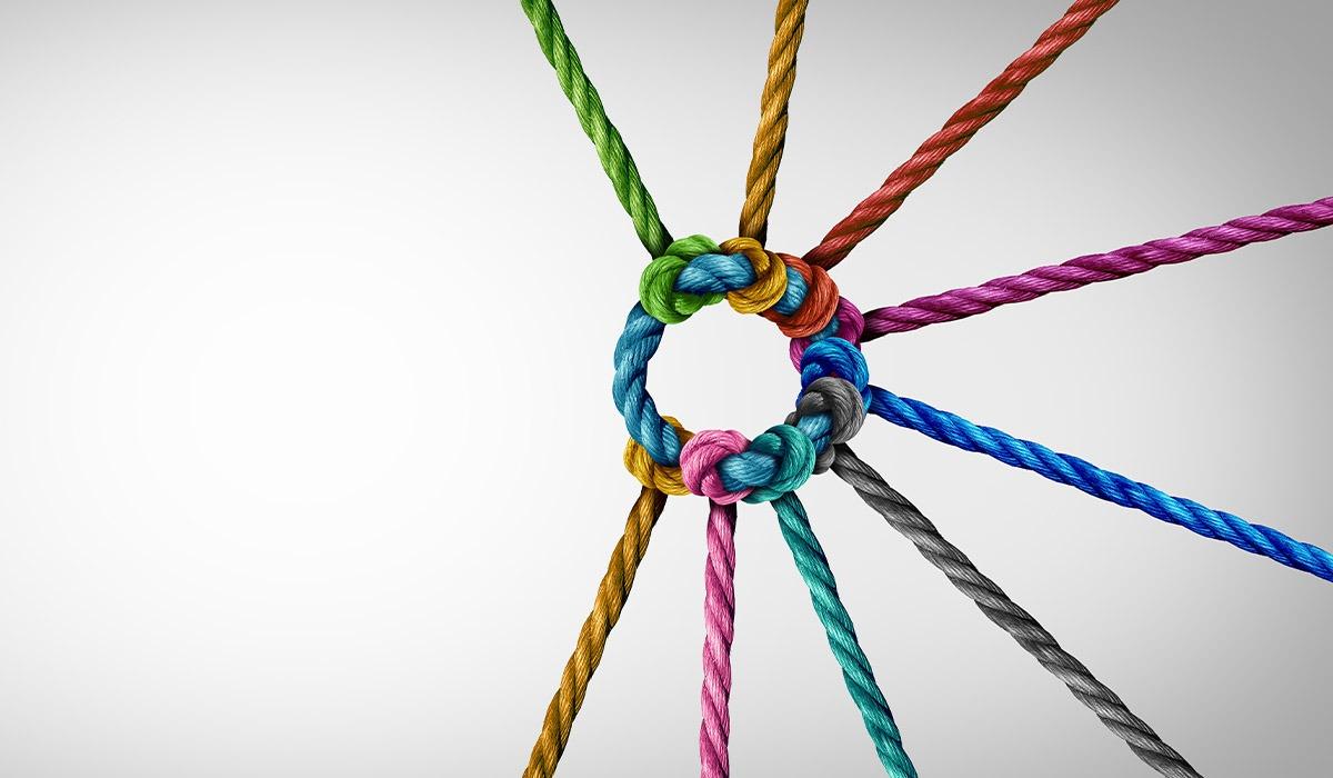 Das Bild zeigt einige bunte Seile, die zu einem Kreis zusammengeknotet sind.