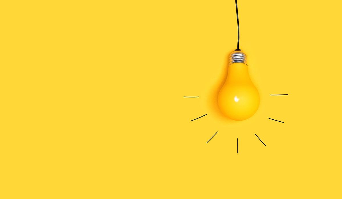 Das Foto zeigt eine Glühbirne auf gelbem Grund.