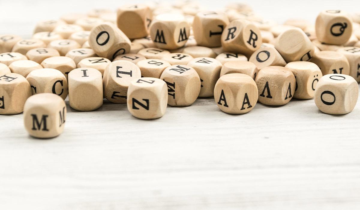 Das Foto zeigt Würfel mit Buchstaben darauf.