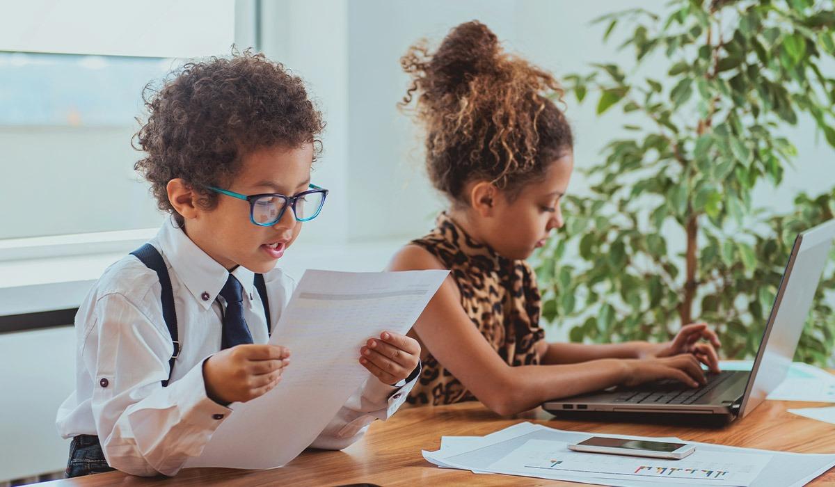 Das Bild zeigt einen Jungen und ein Mädchen. Die Kinder spielen.