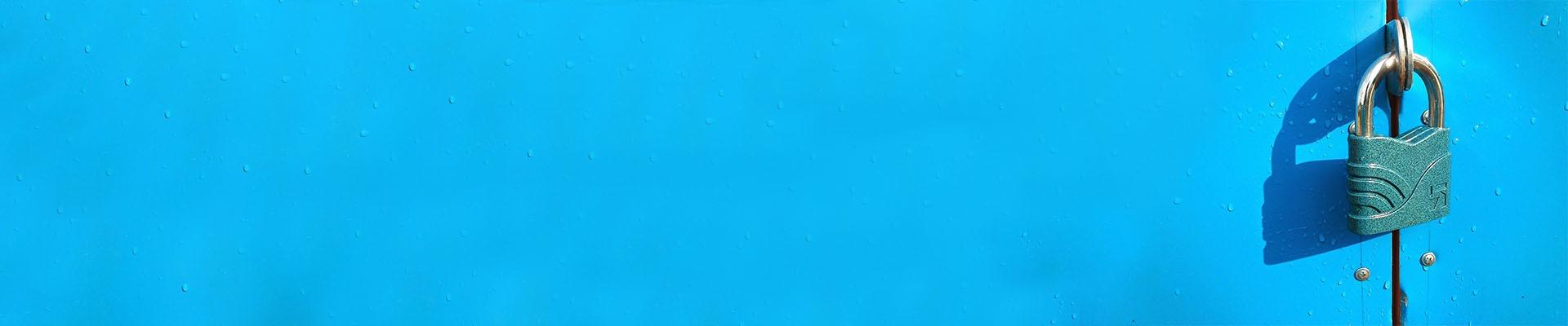 Das Bild zeigt ein Schloss auf blauem Grund.