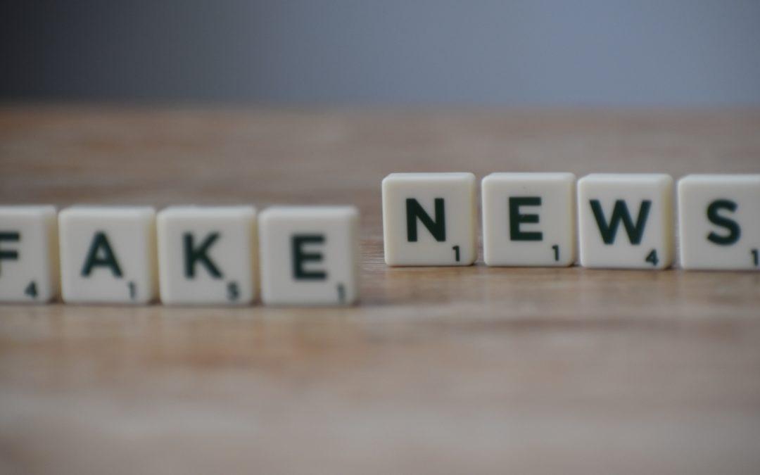 """Das Bild zeigt Scrabble-Steine, auf denen """"Fake News"""" zu lesen ist."""